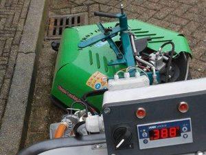 Onkruidbestrijding door De Waal Hoveniers met hete lucht recycling